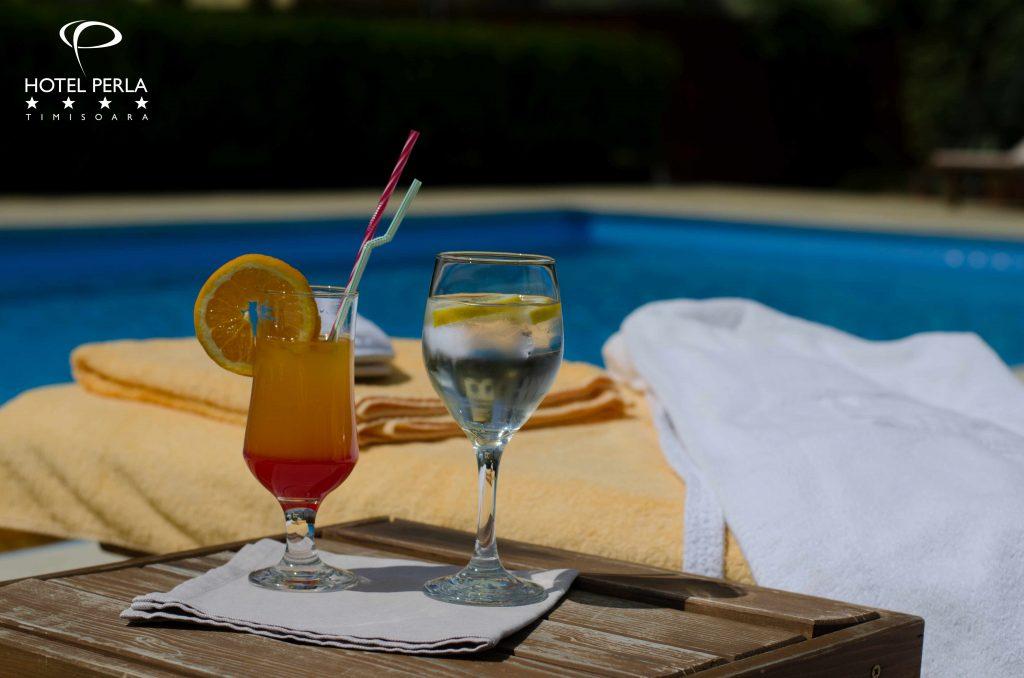 piscină exterioară si cocktail